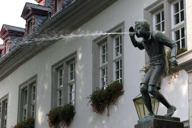 il simbolo di Koblenz: Koblenzer Schangel Non è un gesto offensivo: allora i ragazzi facevano a gara di chi sputava più lontano per guadagnarsi qualche centesimo.